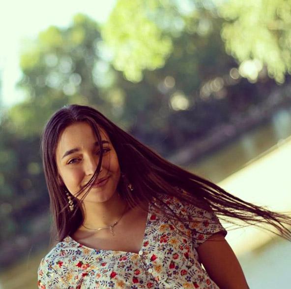Photo portrait solo d'une jeune fille renversante en bords de Loire à Tours