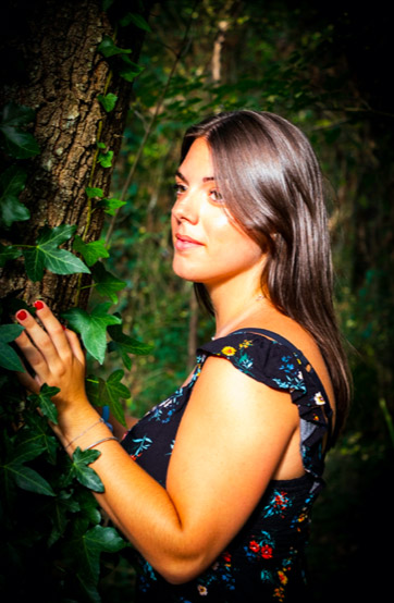 Portrait d'une magnifique modèle en forêt vers Tours